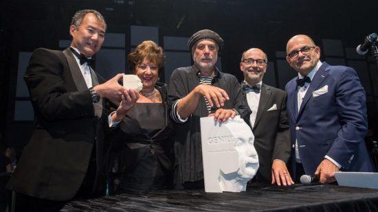 À l'occasion du dévoilement de «Genius: 100 visions du futur» à Montréal le 10 septembre 2017, de gauche à droite, Soichi Noguchi, Monette Malewski, Ron Arad, Murray Palay et Rami Kleinmann