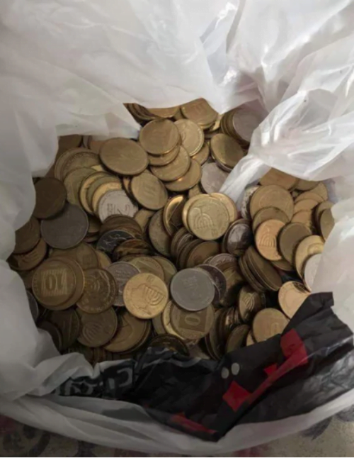 Une israélienne paye son amende en pièces de dix agorot