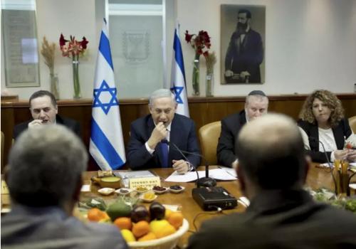 Le Premier ministre israélien Benjamin Netanyahu mange des fruits et des noix à l'occasion de Tu Bishvat lors de la réunion hebdomadaire du cabinet à Jérusalem le 24 janvier 2016 .. (Crédit photo: ABIR SULTAN / REUTERS)
