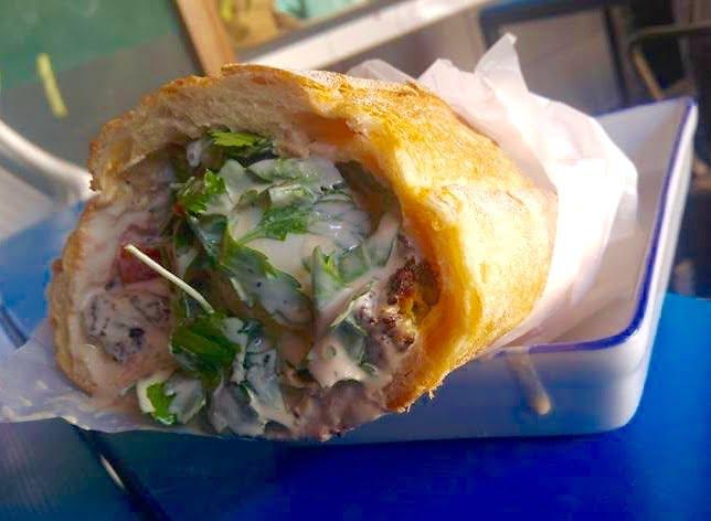 Sandwich israélien dans une miche de pain
