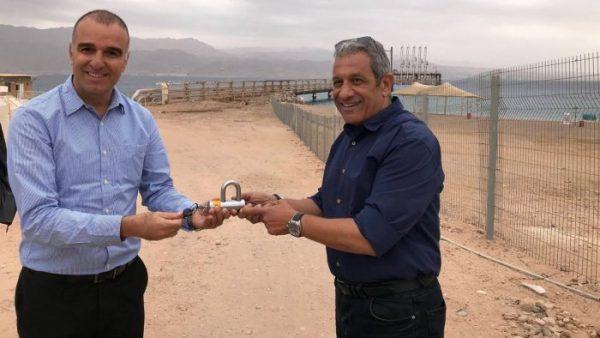 Le chef de l'EAPC, Erez Halfon, à gauche, remettant cérémonieusement les clés d'une plage de 200 mètres au maire d'Eilat, Meir Yitzhak Halevi.