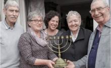 Israël: une ménorah restituée au petit-fils d'un couple victime de la Shoah