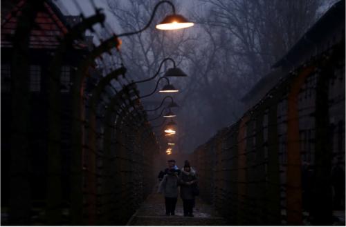 Des survivants marchent entre les barbelés à Auschwitz, lors des cérémonies marquant le 73e anniversaire de la libération du camp, à Oswiecim, en Pologne, le 27 janvier 2018. (REUTERS / KACPER PEMPEL)