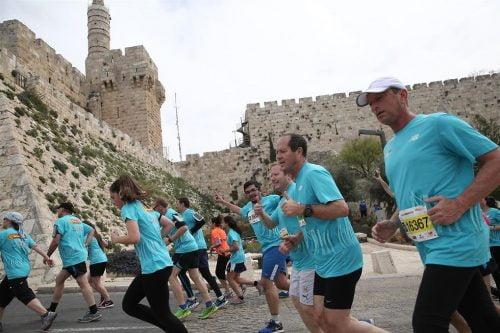Le maire Nir Barkat au marathon de Jérusalem