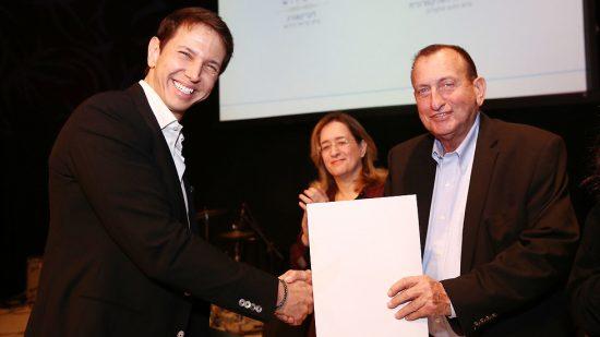 Le Dr. Bergman (à gauche) reçoit le prix Sokolov du maire de Tel Aviv, Ron Huldai (Photo: Yael Tzur)