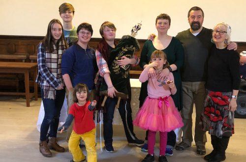 Les enfants Thorpe et leurs parents, Miriam Taylor Thorpe, troisième à partir de la droite, et Martyn Thorpe, deuxième à partir de la droite, célébrant la b'nei mitzvah d'Esther avec Hava Fleming. (Gracieuseté de Miriam Taylor Thorpe)