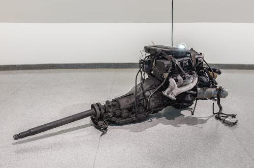 """""""Das Beste oder Nichts"""" est un moteur de la Mercedes-Benz de l'artiste Danh Vo. (Kristopher McKay / Fondation Solomon R. Guggenheim, New York / © Danh Vo)"""
