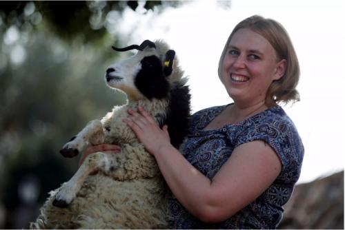 La bergère Jenna Lewinsky tient un agneau de la race des moutons Jacob, à Ramot Naftali, en Israël, le 21 février 2018. (Reuters / Amir Cohen)