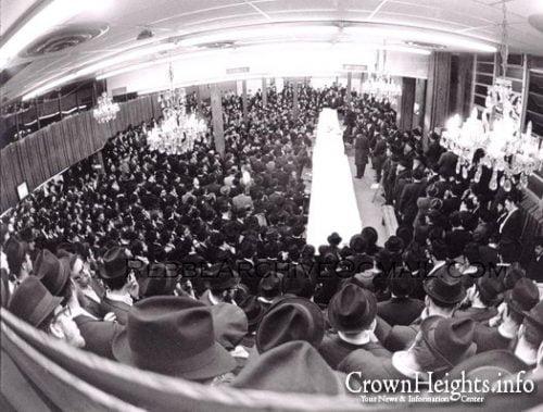 Un rassemblement des hassidim autour du Rabbi de Lubavitch
