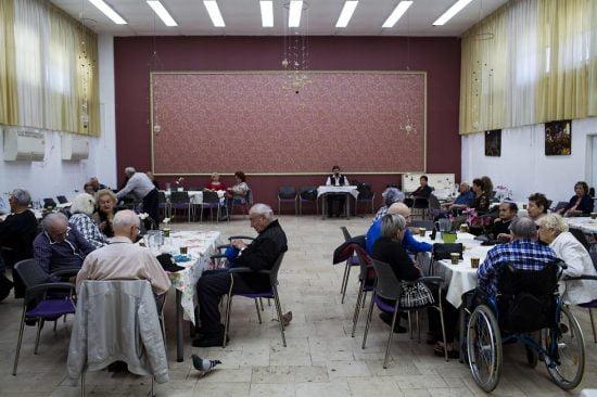 Le Café Europa, qui offre le couvert aux survivants de la Shoah est aussi un lieu de rencontre où l'on parle de tout, sauf des horreurs du passé