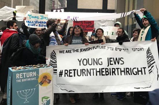 Étudiants protestant à l'extérieur de la salle de bal Ziegfeld à New York, le 15 avril 2018. (Courtoisie de Jewish Voice for Peace)