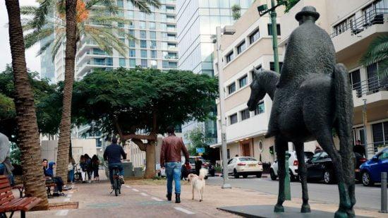La statue de Meir Dizengoff par l'artiste David Zondolovitz. Photo par Ricky Rachman