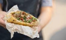 Le chef israélien Eyal Shani transforme la pita en un plat gourmet