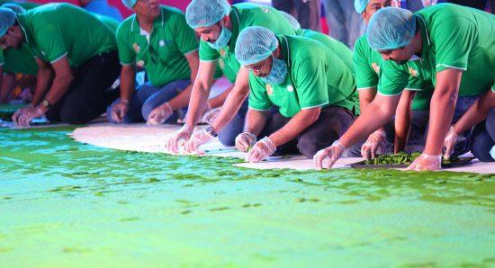 150 000 biscuits verts et blancs ont été disposés sous la forme du drapeau du Pakistan