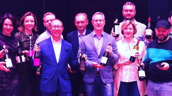 L'ambassadeur Brodsky (au milieu) et les vins israéliens