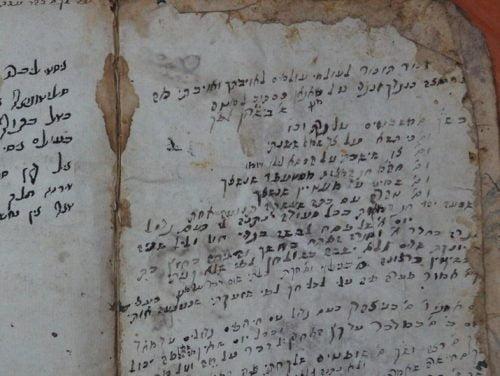 Le manuscrit écrit en hébreu