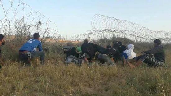Des manifestants palestiniens à l'est d'al-Bureij