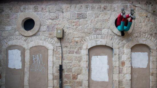 Attendez-vous à l'inattendu. Les danseurs du programme de danse professionnelle Maslool à Tel Aviv dans «Bodies in Urban Space». Photo par Yonatan Sindel / FLASH90