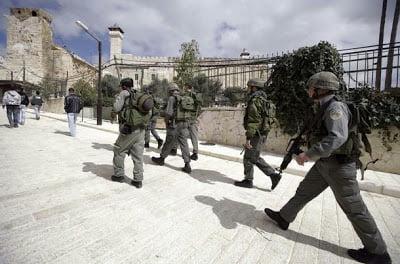 Les agents de la police des frontières israéliennes surveillent le Caveau des Patriarches