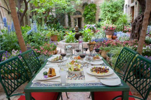 Petit déjeuner dans la cour intérieure de l'American Colony