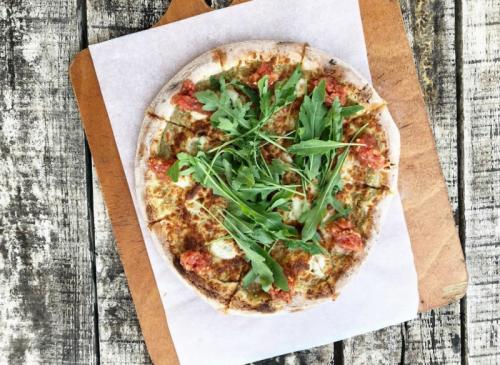 Pizza Cookia: crème d'aubergines avec de la mozzarella fraîche, du fromage kashkaval, de la roquette et de la salsa de tomates