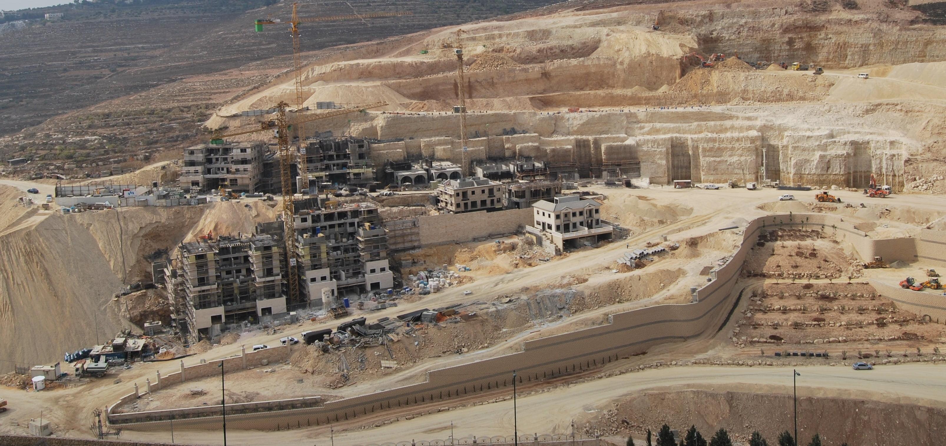 ISRALAND vend des terrains à 200 mètres de ce projet faramineux.