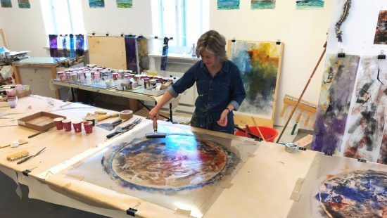 Beverly Barkat a innové une technique de peinture sur PVC. Photo par Abigail K. Leichman