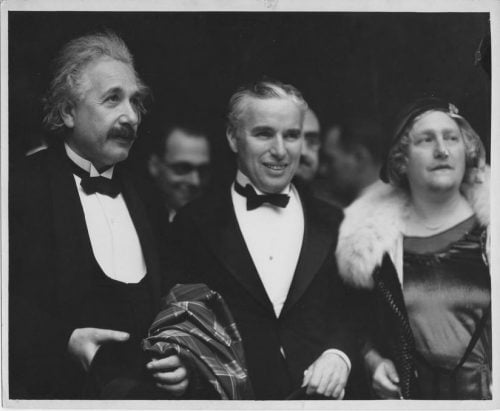 "Albert Einstein (à gauche) et sa femme Elsa (à droite) sont allés à la première de ""City Lights"" à Los Angeles en 1931 avec son acteur vedette Charlie Chaplin (au centre). (Photo: Université hébraïque de Jérusalem)"