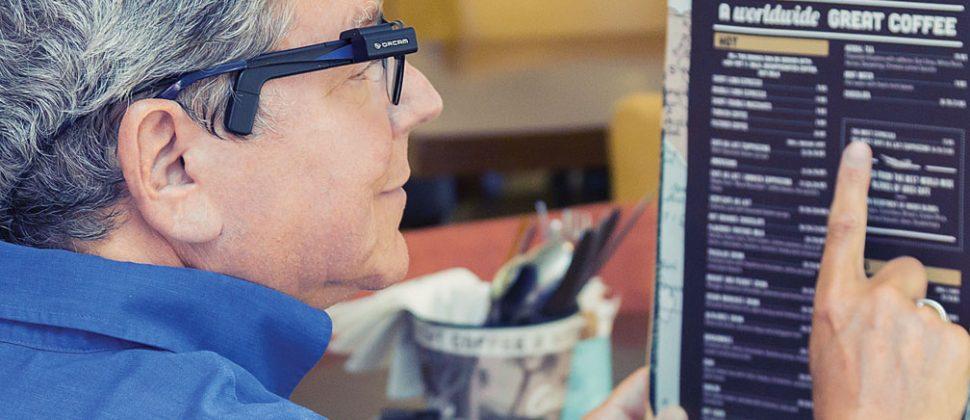 MyEye se clipse sur la monture de la lunette et sert comme une prothèse au malvoyant. Il est relié à un boitier de la taille d'un smartphone.