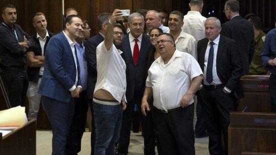 La coalition célèbre l'approbation de la loi nationale avec Oren Hazan, le roi du selfie