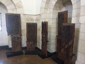 A la suite d'un séisme dans la région, les portes de la mosquée Al Aqsa ont été remplacées et celles-ci sont en bonne place dans le musée.