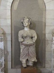Le corps de la femme est découvert et ses formes bien apparentes.
