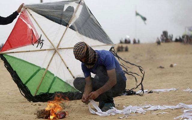 Le Hamas envoie des cerfs-volants et des ballons incendiaires en direction d'Israël.