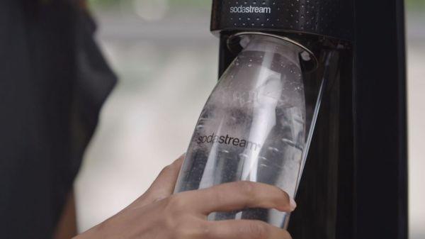 SodaStream produit et vend des machines qui gazéifient l'eau. Elle transforme l'eau plate en eau pétillante.