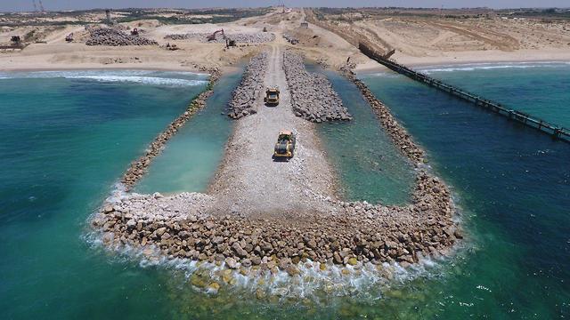 Afin de se protéger contre toute attaque maritime, Israël construit une barrière de sécurité.
