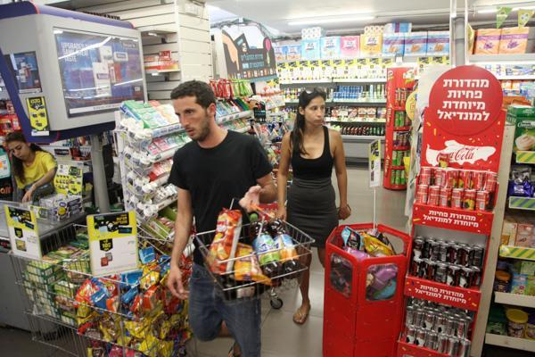 C'est aux municipalités de décider si les petits commerces sont ouverts ou non le Shabbat.