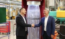 Le PDG de Sodastream Daniel Birnbaum (à gauche) et le PDG de PepsiCo Ramon Laguarta dans l'usine SodaStream, dans le Néguev.