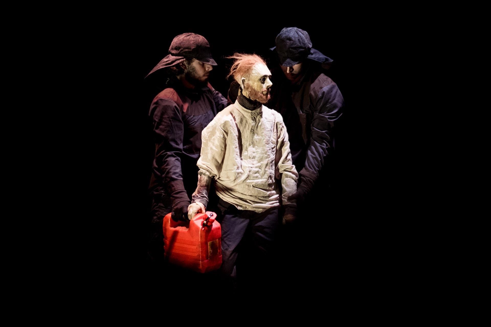 Ashes utilise des marionnettes hyper réalistes et relate l'histoire d'un pyromane qui met le feu à des bâtiments dans un village norvégien.