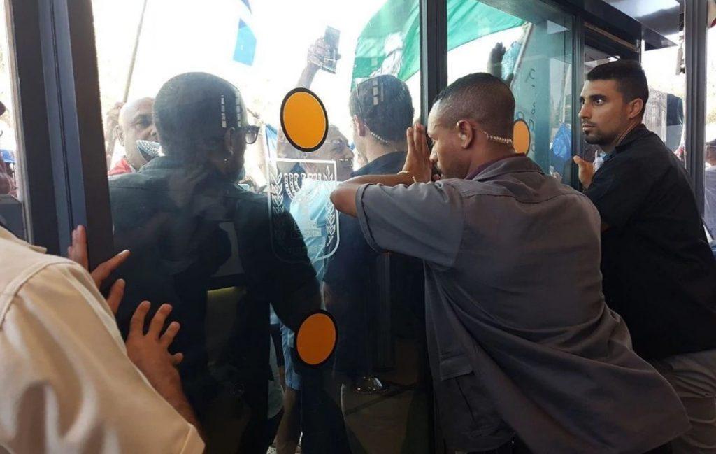 Les policiers à la retraite ont fait irruption dans le cabinet du Premier ministre israélien.