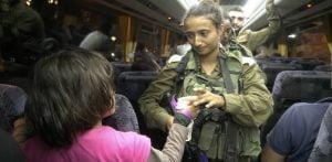 En plus de fournir des armes de guerre coûteuses, technologiques et sophistiquées, Israël a également secouru les civils syriens ainsi que les combattants rebelles du régime de Bachar el-Assad.