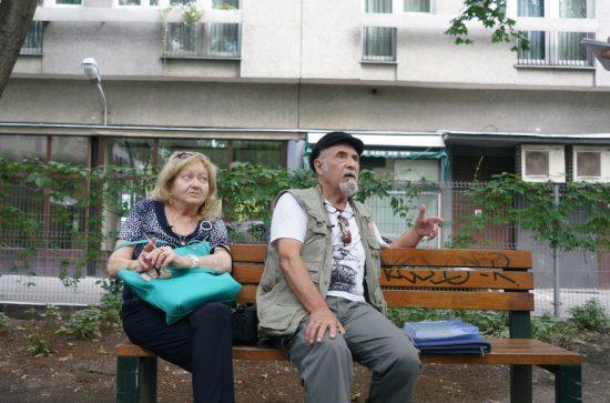 Sztykgold et sa femme Liora se reposent dans un parc qui a été construit sur le site de sa maison d'enfance à Varsovie, le 5 septembre 2018. (Cnaan Liphshiz)