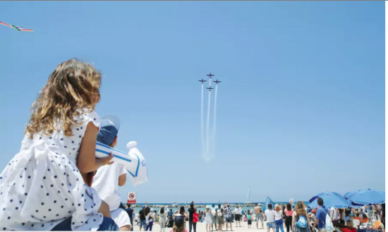 Des Israéliens assistent au spectacle de l'IAF lord de la fête de l'indépendance sur la plage de Tel Aviv. (crédit photo: REUTERS)