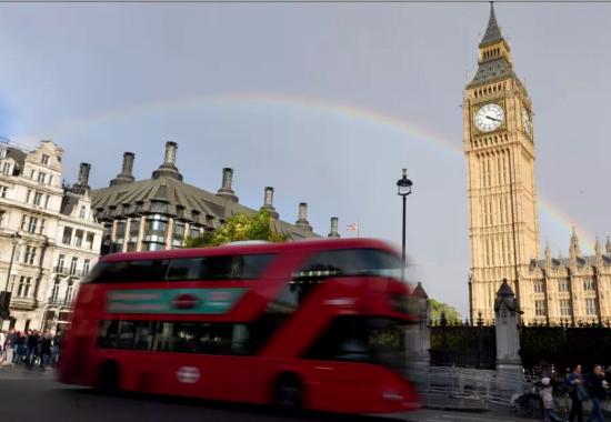 Un arc-en-ciel derrière la tour de l'horloge Big Ben, au Parlement, dans le centre de Londres, le 16 octobre 2016 .. (crédit: REUTERS)