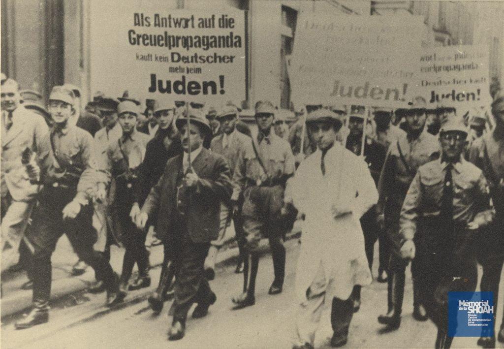 Cette journée de boycott, organisée en réponse à la « propagande d'atrocités » (Gruelpropaganda) qui serait prétendument diffusée par les Juifs à l'encontre de l'Allemagne, a constitué la première manifestation antijuive d'ampleur nationale organisée par les nazis. Mise en œuvre par les SA, qui se trouvaient à la tête des manifestations et des piquets de protestation érigés devant les « commerces juifs », elle fut néanmoins peu suivie par la population allemande.