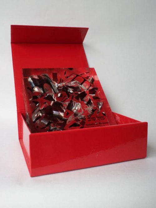 Certains artisans fabriquent des souvenirs à partir des éclats. Mazal Koss