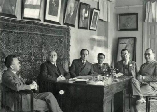 Le conseil municipal de Tel Aviv dirigé par le maire Meir Dizengoff. De gauche à droite, Dov Hoz, Meir Dizengoff, Israël Rokach, Moshe Chelouche, David Benvenisti, Eliezer Peri. Photo fournie par le musée Eretz Yisrael