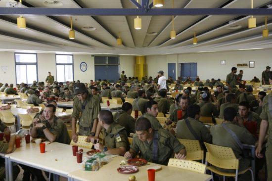 Un réfectoire militaire