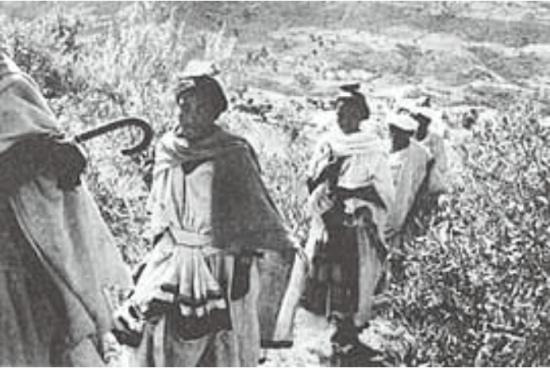 Femmes juives en route pour le mont Sigd, une pierre sur la tête, symbole de soumission à Dieu, Ambober 1984