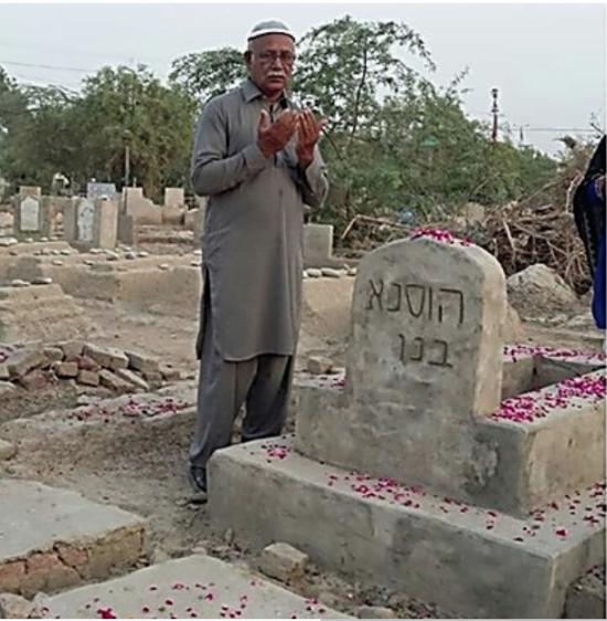 À côté de la tombe de sa femme. Il rêve de l'enterrer parmi les Juifs