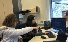 Ayelet Ganot,à gauche  et Roni Ashkenazi, participantes de Carmel 6000 service national , travaillent pour une application afin d'aider les autistes